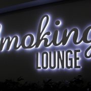 Smoking lounge area presso l'Aeroporto di Venezia_insegna luminosa